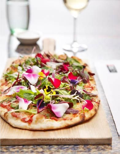 edible flower pizza